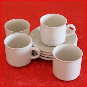 Hvide kopper fra et loppemarked