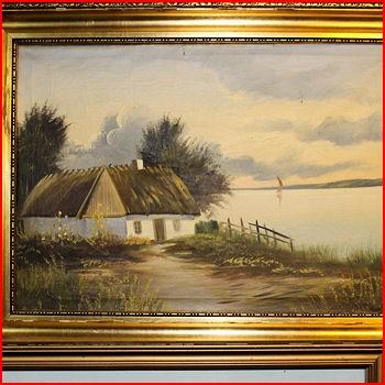Hus med stråtag ved søen